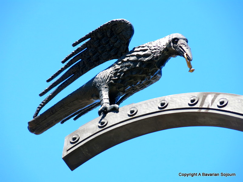 crow with ring statue budapest